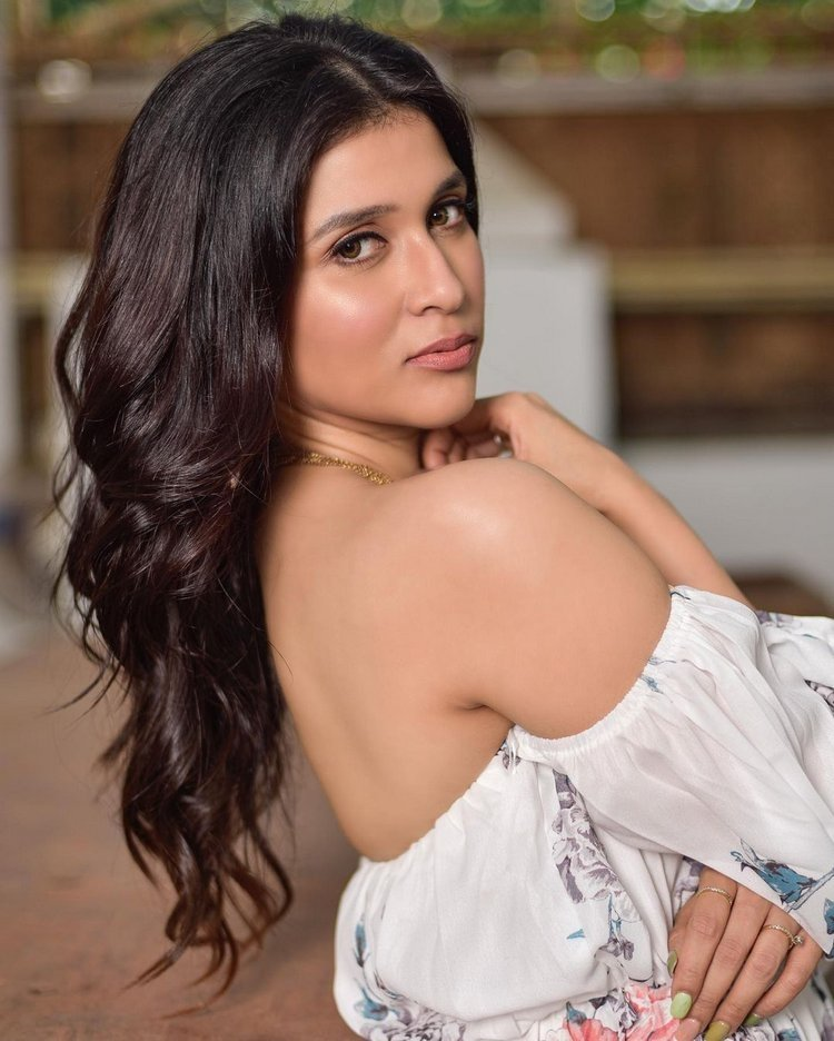 Mannara Chopra New Images Gallery Collection