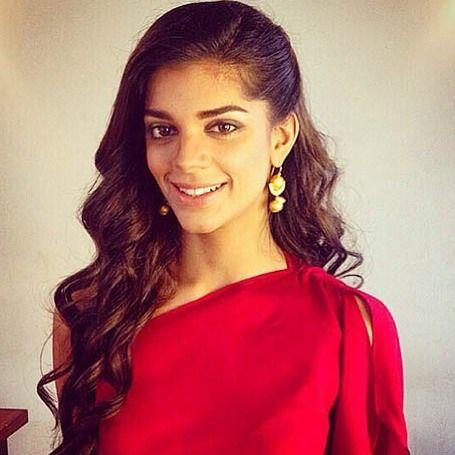 21 Pakistani Actresses Who Look Hot In Red Photos