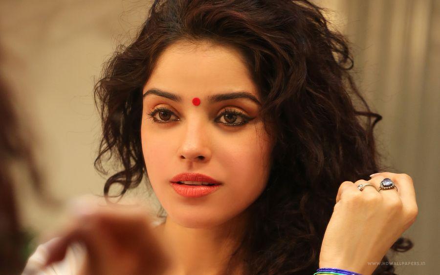 Actress Pia Bajpai's Hot Photos goes Viral on Internet