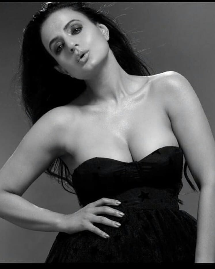 Ameeshapatel Oozes Sex Appeal In These Photos