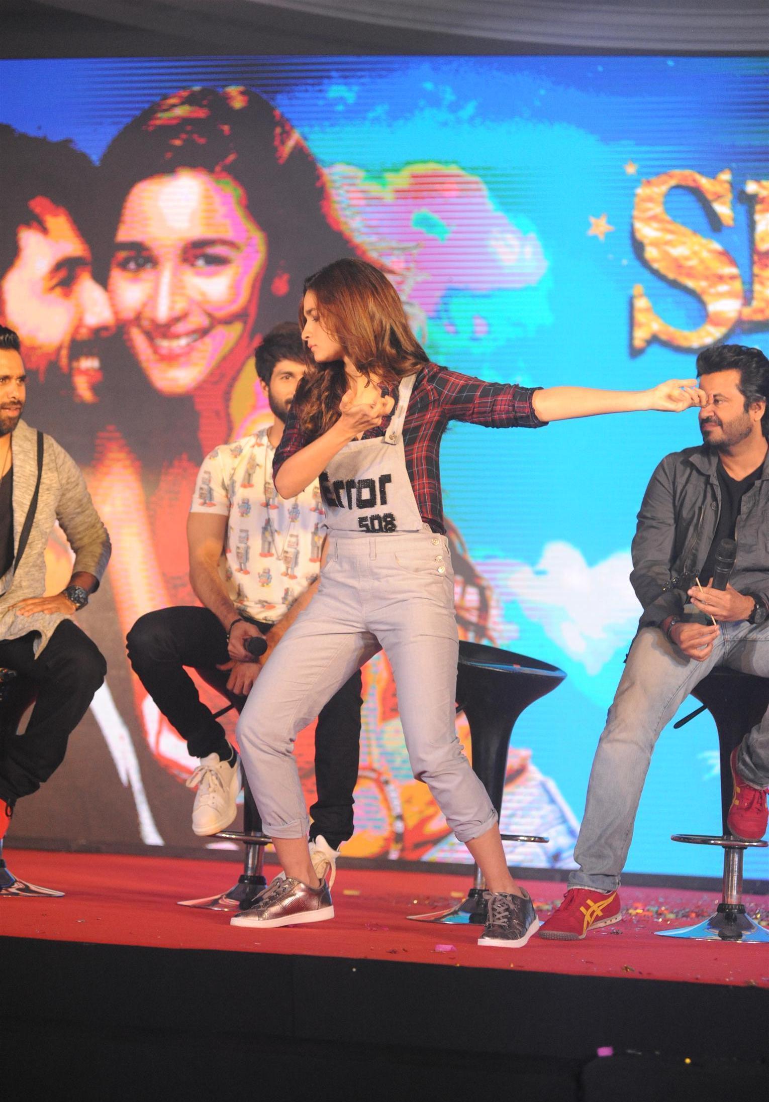 Cute Alia Bhatt Funny Expressions On Stage