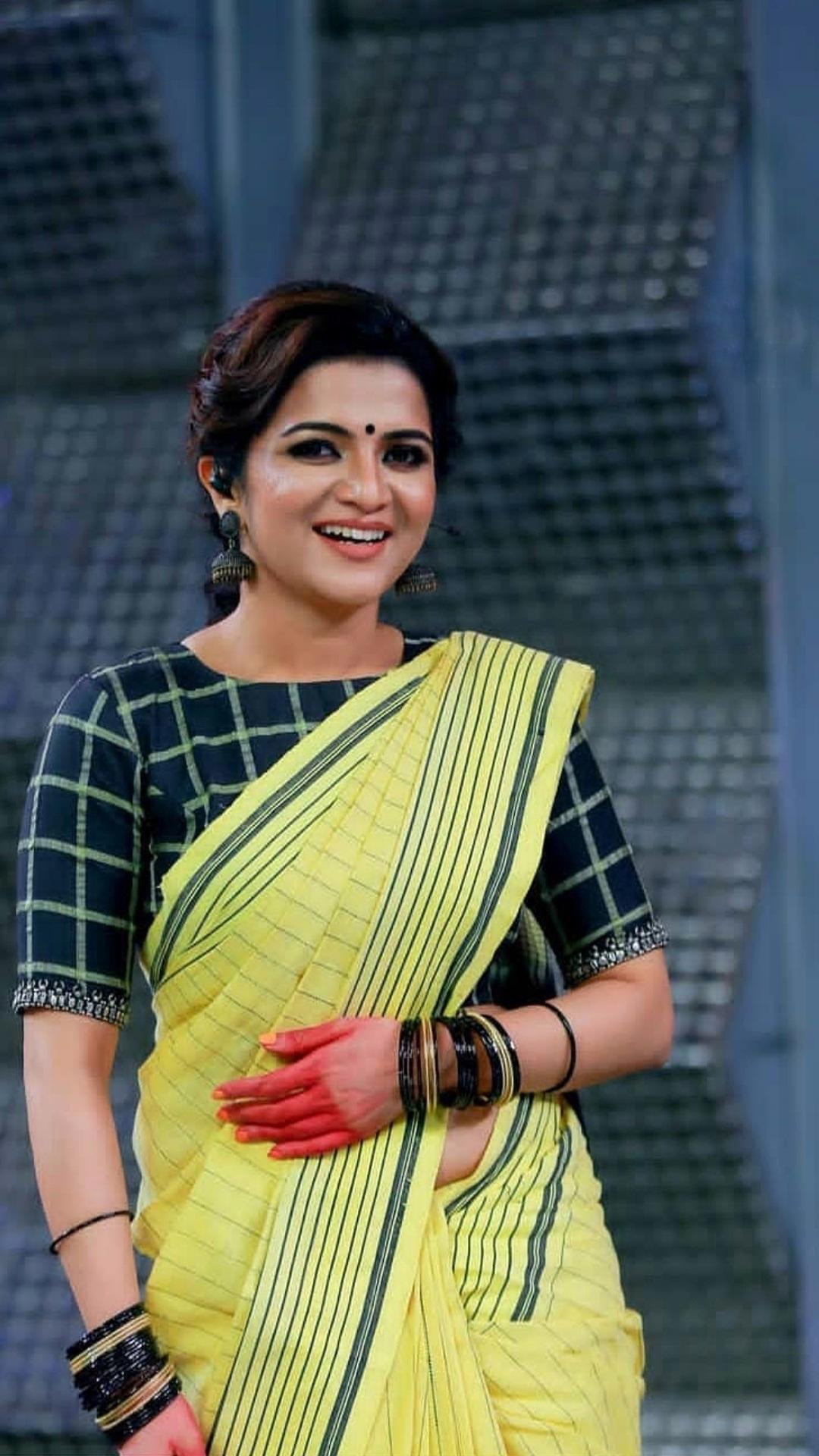 Dhivyadharshini Aka DD Latest Sexy Photos In Saree