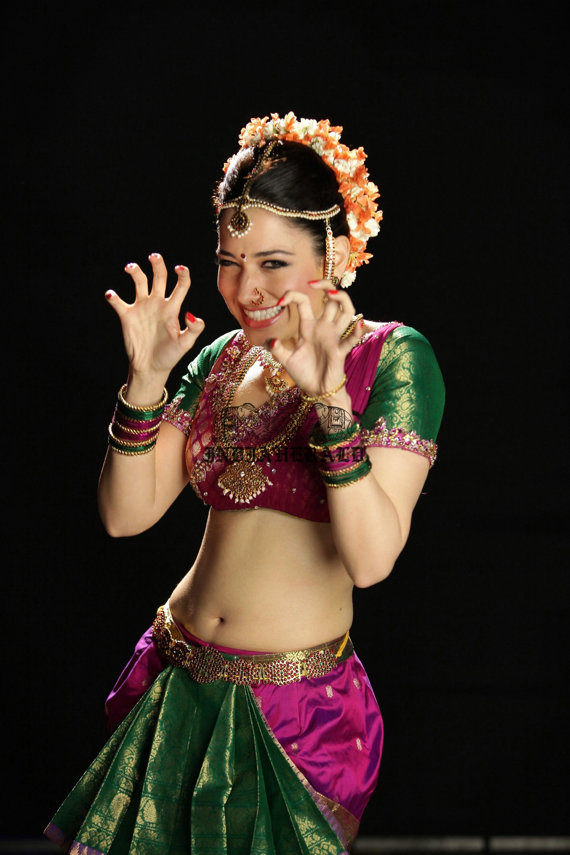 Hottest High Clarity Photos of Tamanna in Saree exposing her navel and midriff Set 3