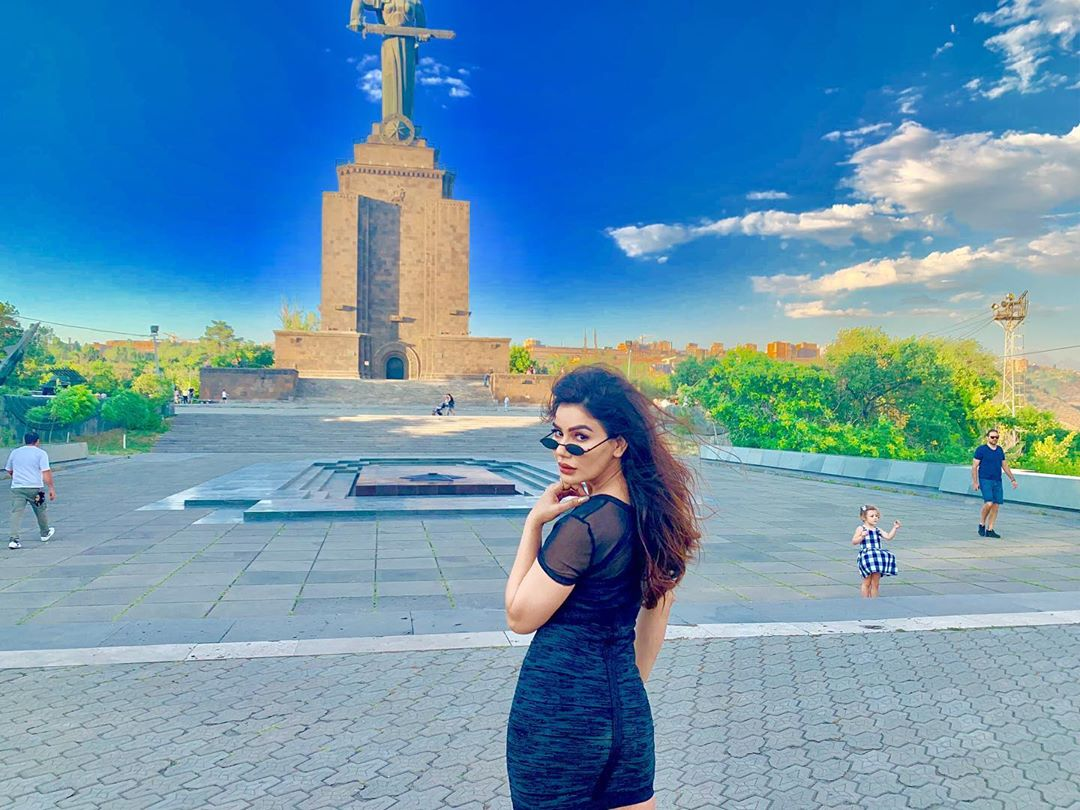 Kangna Sharma Shows Sexy Thighs During Her Vacation To USA