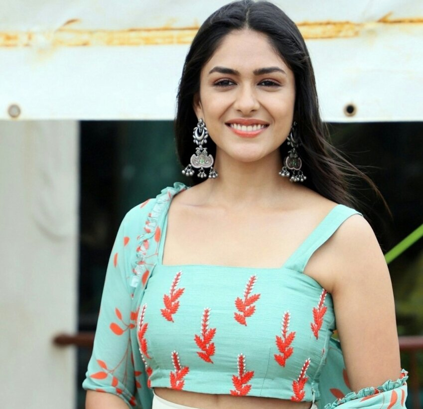 Mrunal Thakur Looking Dapper In The Promotions Of Super 30