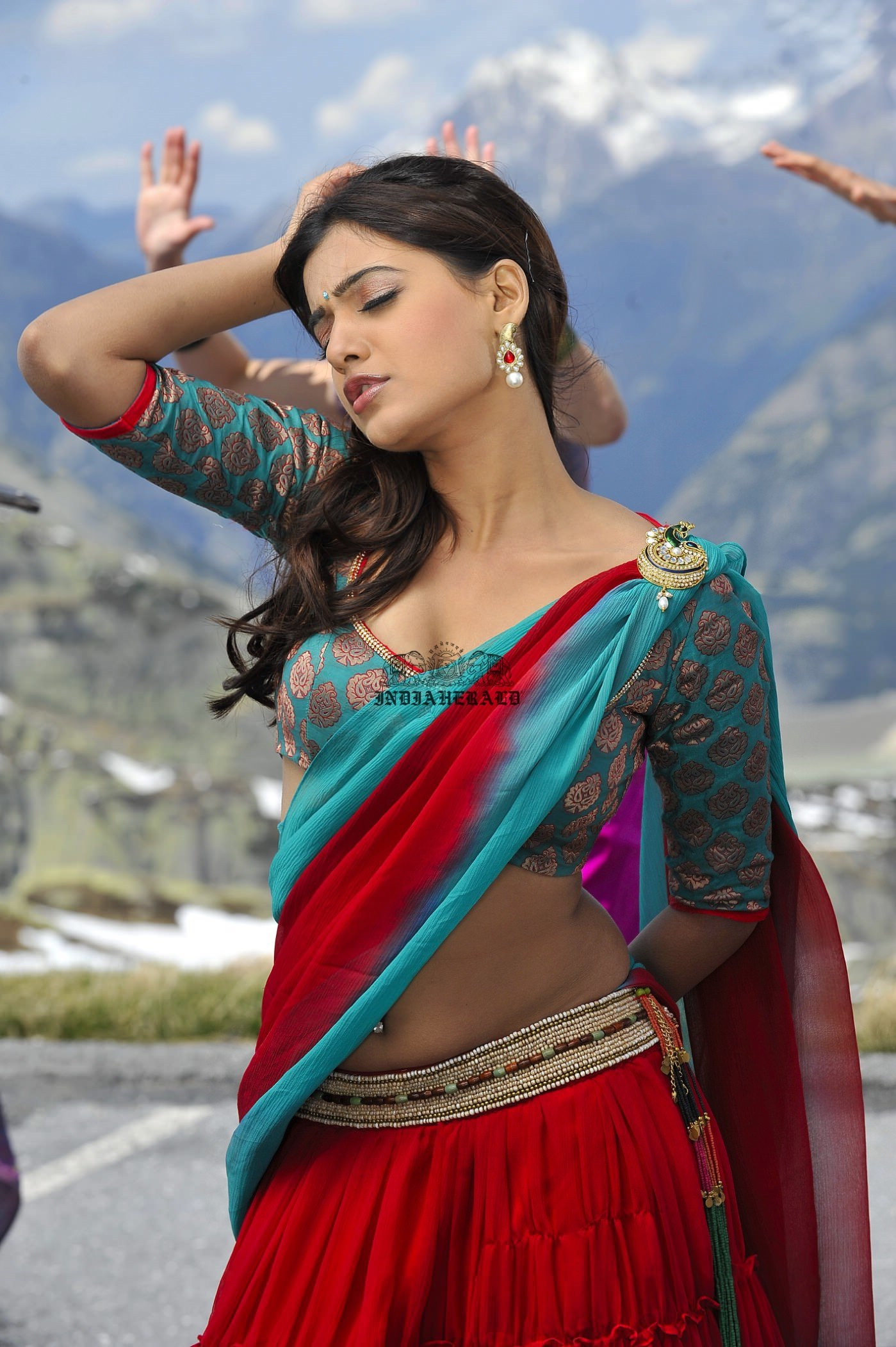 Samantha shows horny expressions on face and exposes her navel and hip curves Set 1