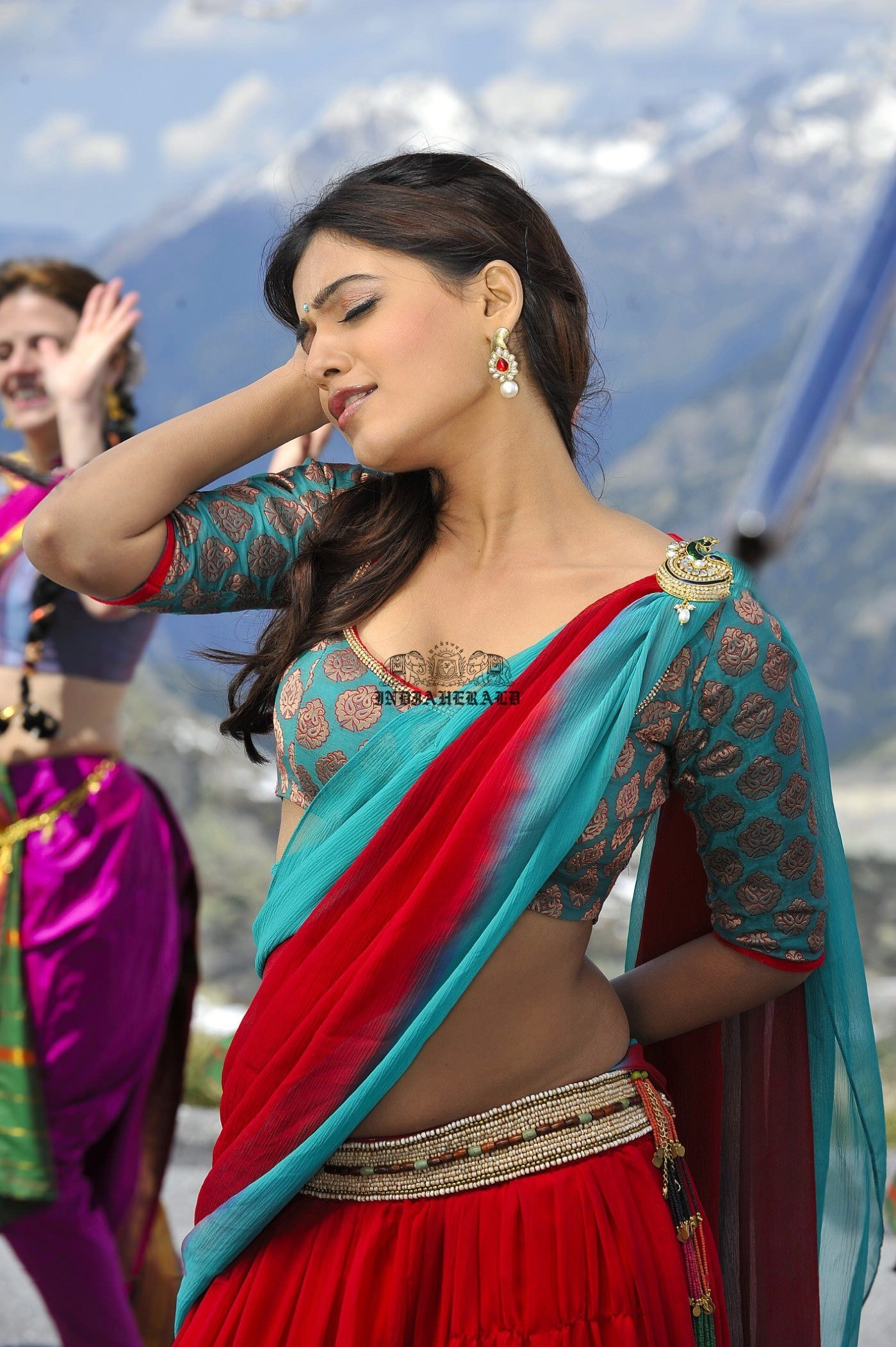 Samantha shows horny expressions on face and exposes her navel and hip curves Set 2
