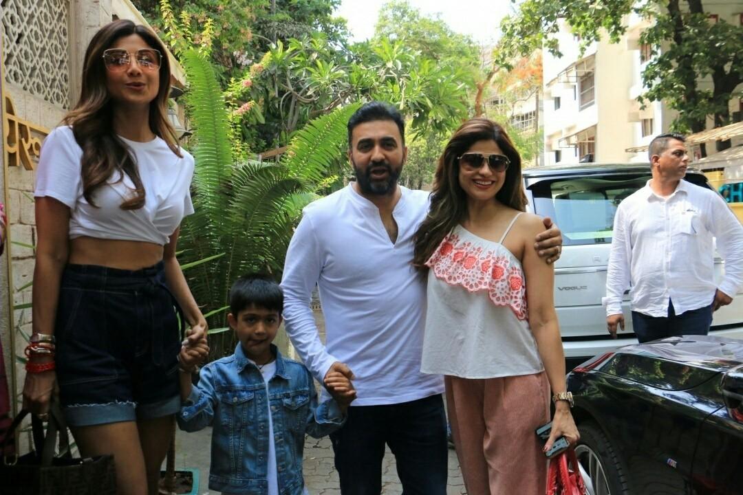 Shilpa Shetty And Shamita Shetty At Juhu