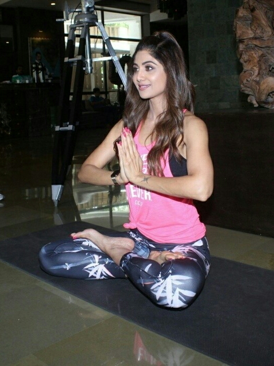 Shilpa Shetty Teaching Yoga At Juhu