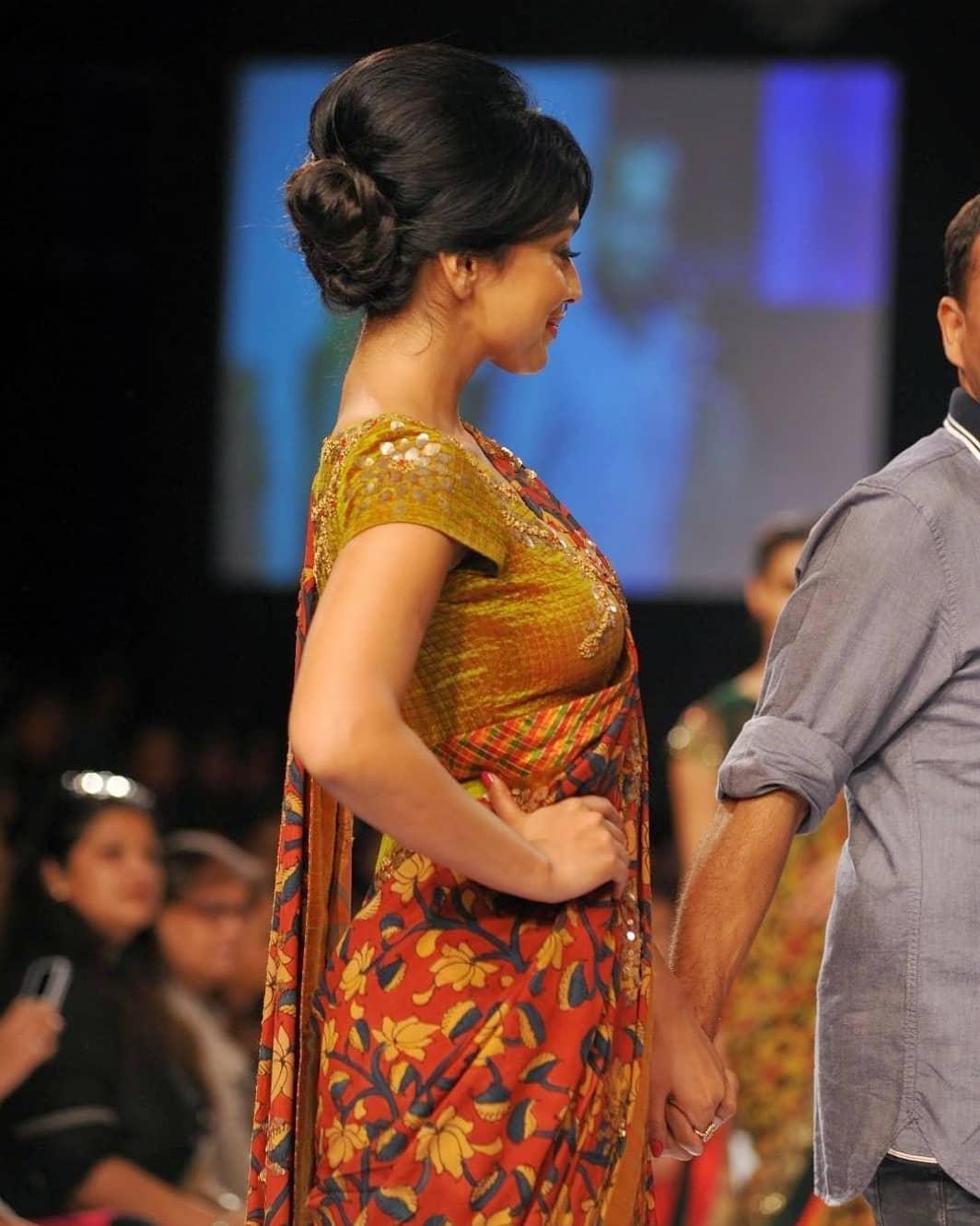 Shriya Saran Looks Super Sexy On The Ramp Wearing A Revealing Saree