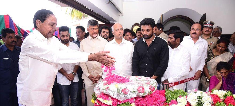 PHOTOS: Celebrities Pay Tribute to Nandamuri Harikrishna