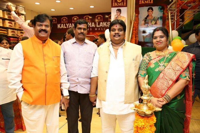 Payal Rajput inaugurates a shopping mall Photos
