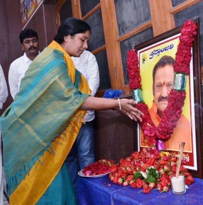Photos: Paritala Sunitha And Sriram Pays Tribute To Nandamuri Hari Krishna