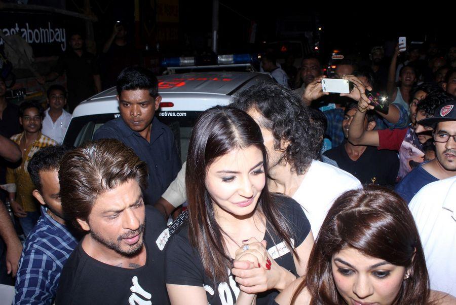 Shah Rukh Khan & Anushka Sharma Spotted at Khar Social Photos