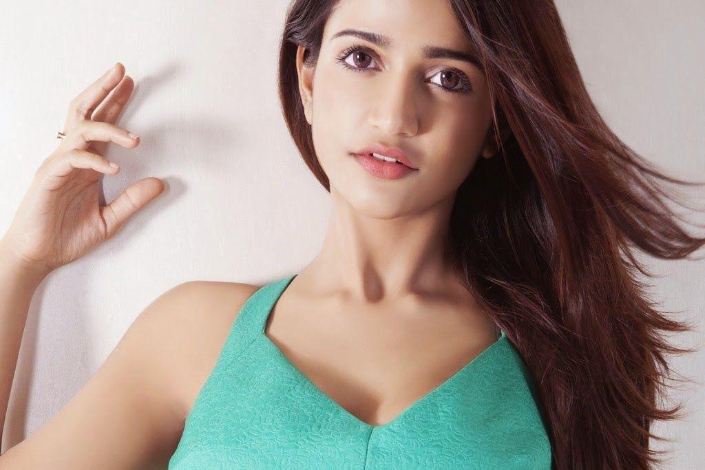 Actress Anaika Soti Smoking Hot & Spicy Photoshoot Pics