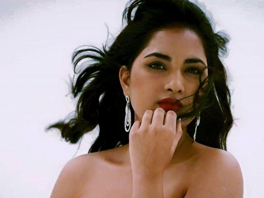 Actress Srushti Dhange showing her ample Cleavage,Belly & Thigh spicy Pictures