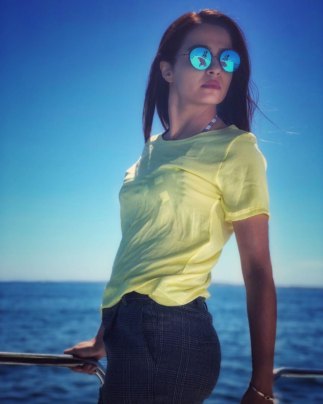 Bikini Top Pictures Of Surveen Chawla Raising Temperature In Summer HOT!