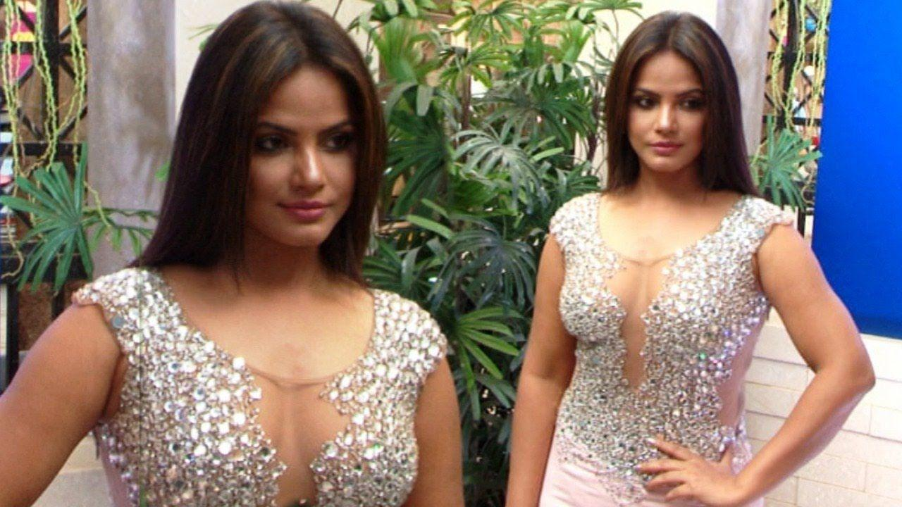 HOT Neetu Chandra Oops Moment Caught In Camera