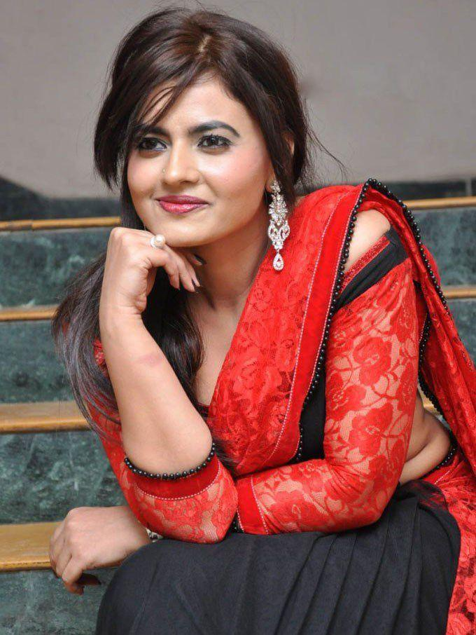 Leslie Tripathy Showing Hot Navel & Sexy Cleavage Pics