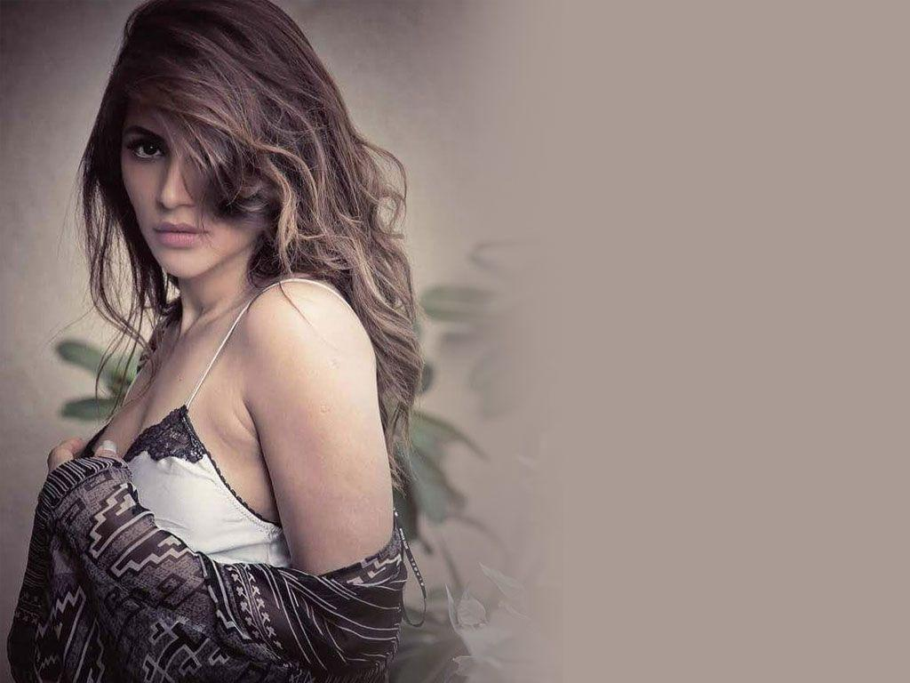 OMG! Shama Sikander looks extremely hot & sensuous in her Bikini Photos