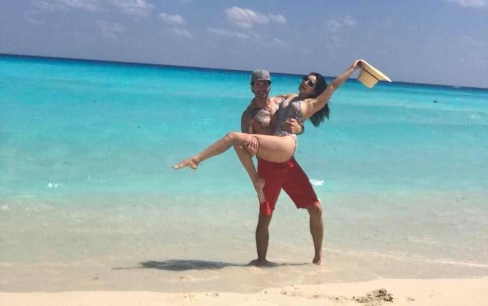 Sunny Leone romancing with Hubby in beach Photos