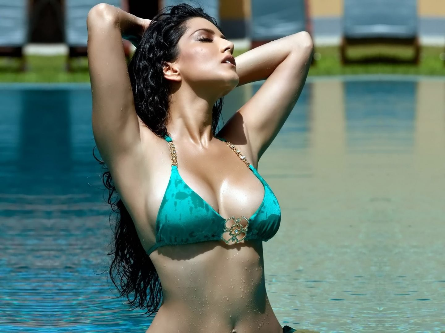Indian pornstar Sunny Leone shows off her natural big tits  2229152