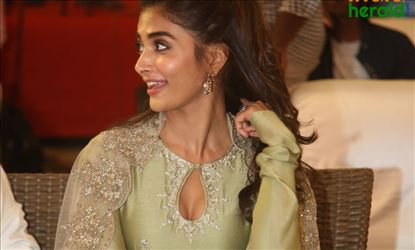 Pooja Hegde Hot Cleavage Show in Traditional Dress Set 2