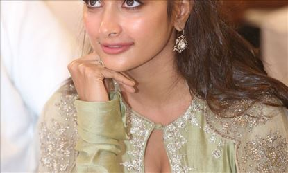 Pooja Hegde Hot Cleavage Show in Traditional Dress Set 4