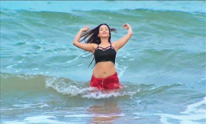OMG! The Trailer revealed the Young Desi Babe Actress in Bikini - Watch Video