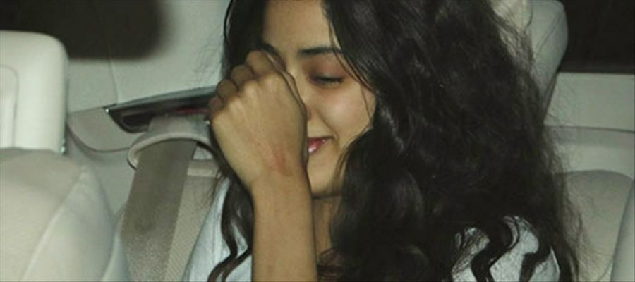 Jahnvi Kapoor caught in Airport and the way she reacts ... You just don't want to miss!