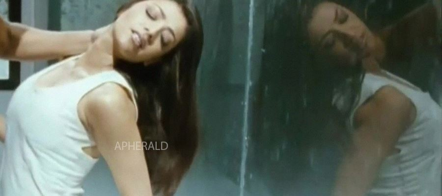 Oops... Kajal Aggarwal decides to make her 'Debut' in 'That' movie too...