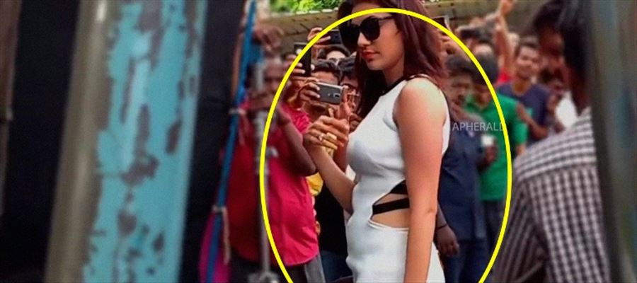 A Huge Crowd goes GaGa on seeing Kajal Aggarwal in a Sexy Costume in Public