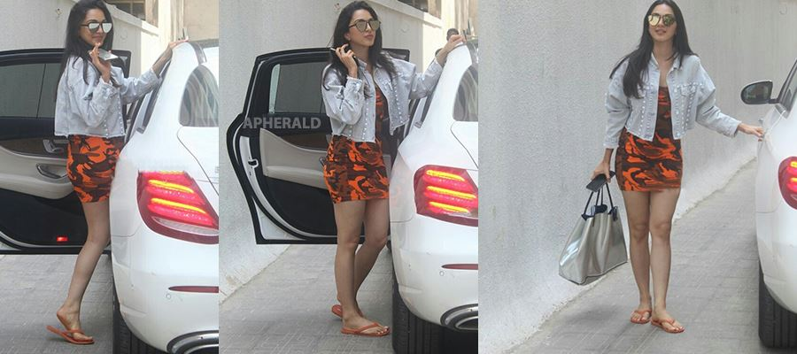 Caught Red-Handed - Kiara Advani spotted in a Very Short Thighs revealing Skirt - 12 Photos Inside