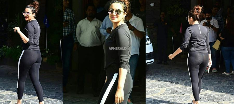 CAUGHT RED HANDED: Parineeti caught by Paparazzi on the road as she walks out of Pilates class - Hot Photos Inside