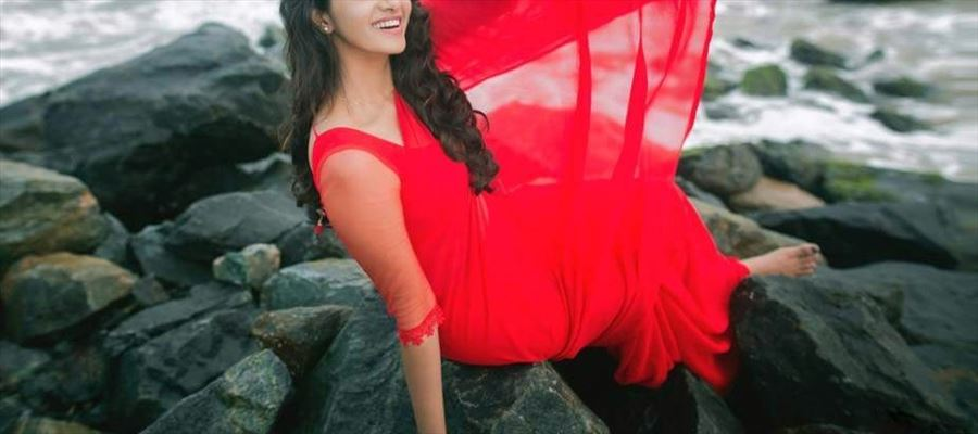 Priya give temptations with Saree and Bright-Red Lipstick - 13 Photos Inside