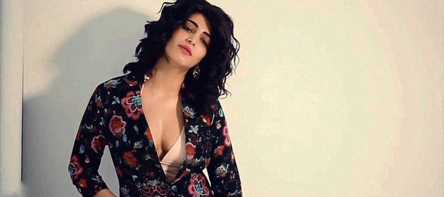 23 Photos of Shruti Haasan while shooting for 'Hello' magazine - Behind The Scenes photos!