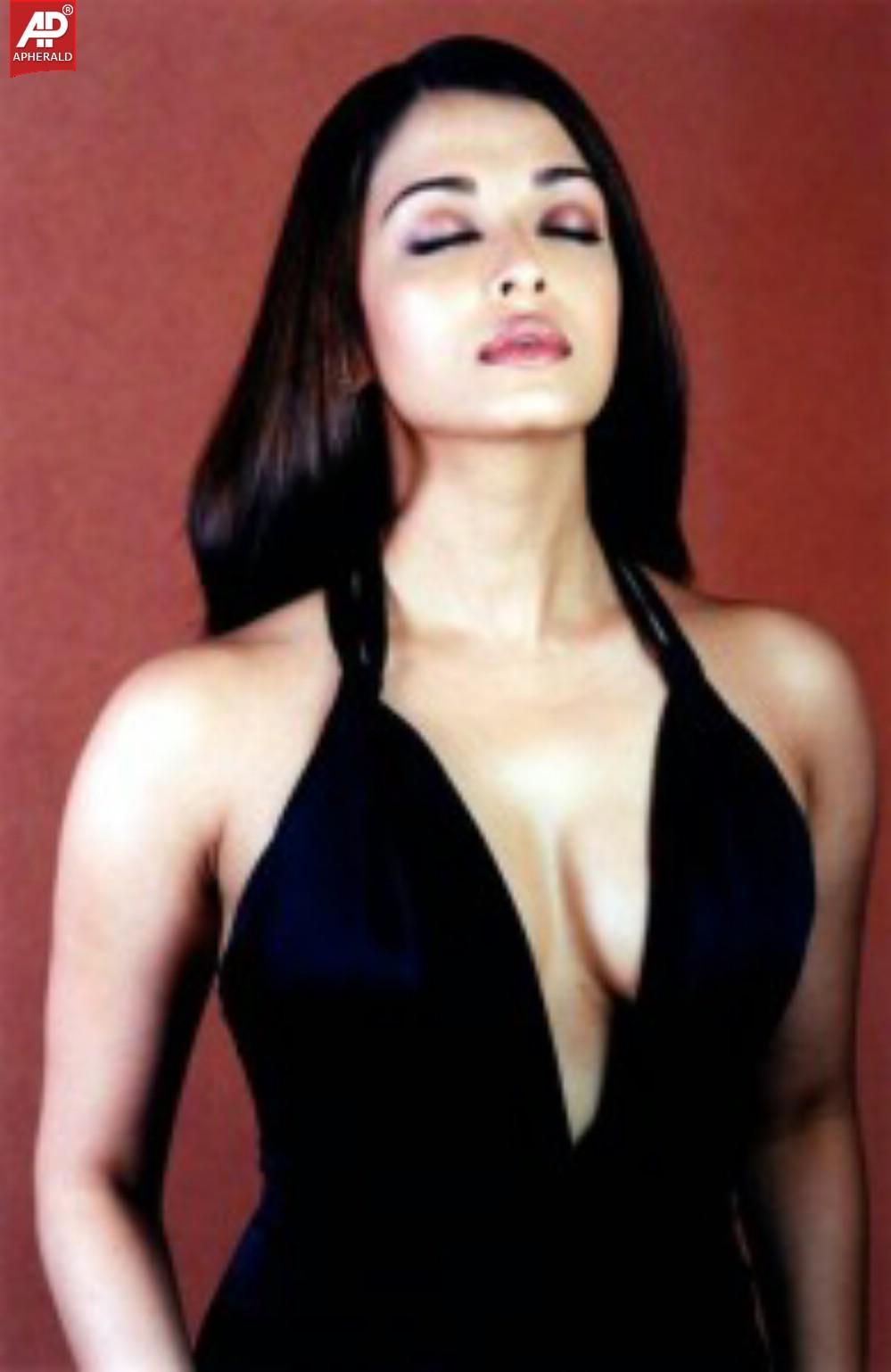 Aishwarya Rai Hot Cleavage Pics-2333