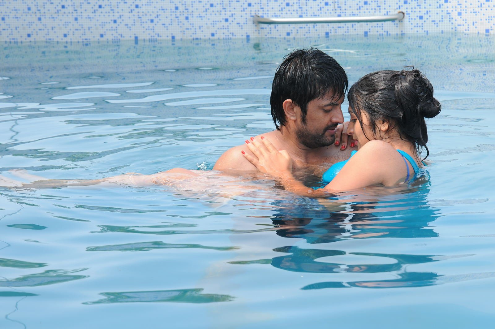 Swimming pool movie latest stills for Latest swimming pool