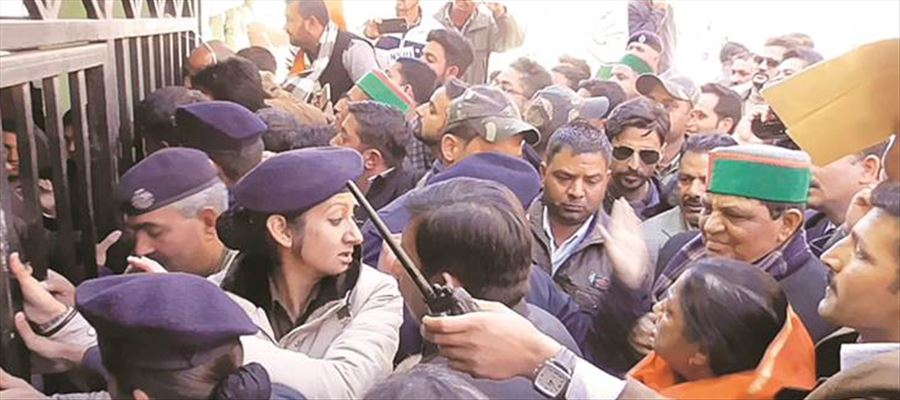 MPs, MLAs caught slapping police officers, now a lady cop slapping a MLA