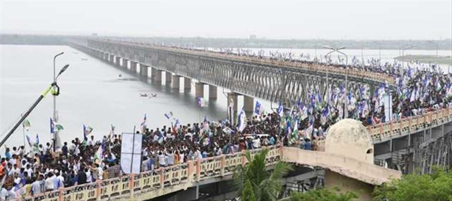 YS Jagan Praja Sankalpa Yatra crossed iconic Godavari Bridge in Rajahmundry