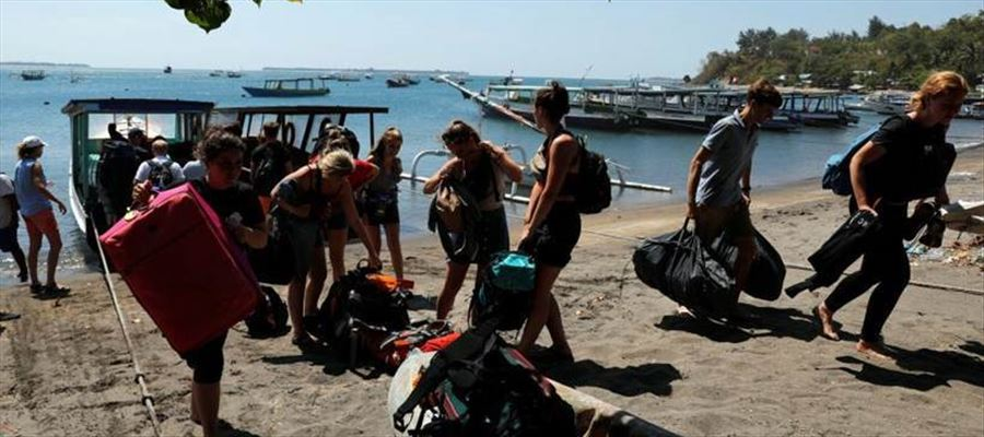 Thousands of Tourists evacuated from Indonesia Lombok Island