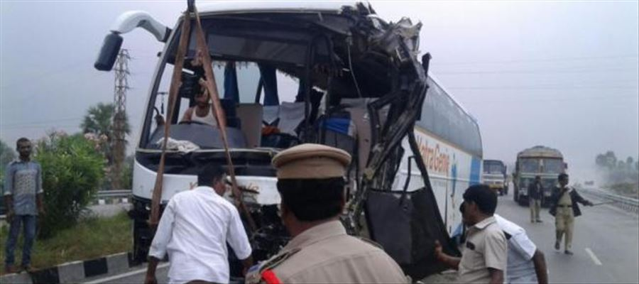 Traffic Congestion cleared after YatraGenie Bus collided with an Acid Tanker
