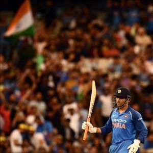 #AUSvIND - Dhoni hits third consecutive half century and guides India to clinch ODI series